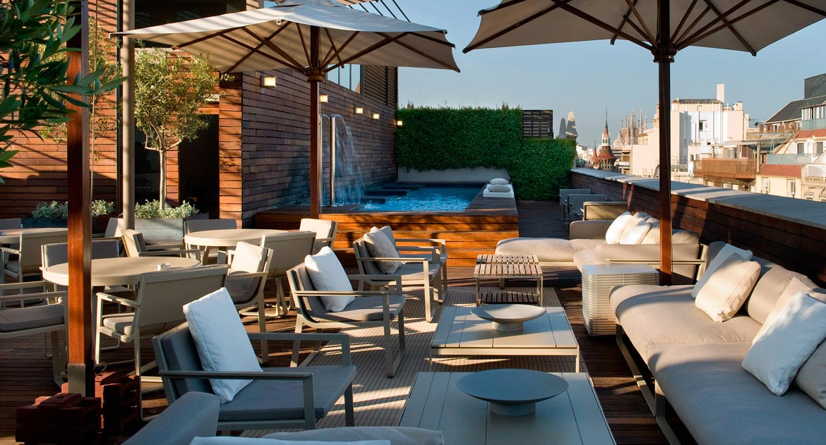 Rooftop terrace at luxury boutique hotel omm in barcelona for Hotel boutique barcelona