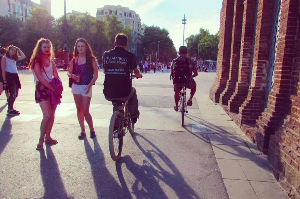 Turning heads under the Arc de Triomf