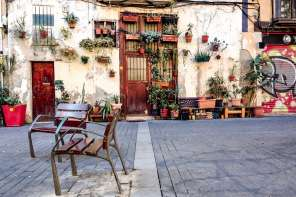 Flower-pot house on Carrer de l'Allada-Vermell in Born, Barcelona