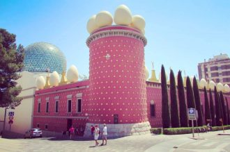 The bizarre Dali Museum exterio, complete with rooftop eggs...